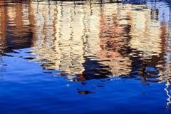 Reflexiones de casas en el agua Foto de archivo