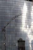 Reflexiones de la grúa en el solar, Milano Imagen de archivo