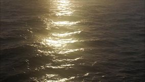 Reflexiones de la luz del sol en el océano tranquilo almacen de video