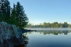 Reflexiones de la mañana en un lago de niebla wilderness Fotografía de archivo libre de regalías