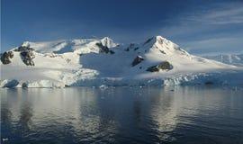 Reflexiones de la montaña con los glaciares Imagen de archivo libre de regalías