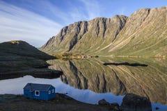 Reflexiones de la montaña en el fiord Foto de archivo