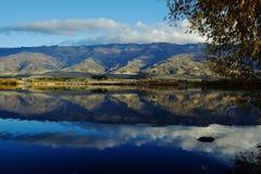 Reflexiones de la montaña en el río Imagenes de archivo