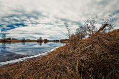 Reflexiones de la nube en el agua de río Imagenes de archivo