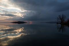 Reflexiones de la puesta del sol en el lago Imagen de archivo libre de regalías