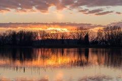 Reflexiones de la puesta del sol en el lago Foto de archivo