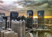 Reflexiones de la puesta del sol y del paisaje urbano de Chicago en los edificios y el río reflexivos Imagen de archivo libre de regalías