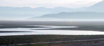 Reflexiones de la salida del sol en el lago azotado por la sequía Isabel en las montañas meridionales de Sierra Nevada de Califor imagenes de archivo
