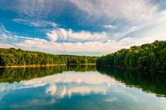 Reflexiones de la tarde de nubes y de árboles en el lago Marburgo, Codorus Imagen de archivo libre de regalías