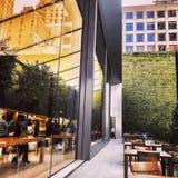 Reflexiones de la ventana de Apple Store Fotografía de archivo libre de regalías