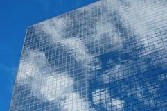 Reflexiones de la ventana de la torre de la oficina Imagen de archivo libre de regalías