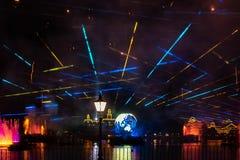 Reflexiones de las iluminaciones de la tierra en Epcot en Walt Disney World Resort 16 fotografía de archivo