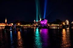 Reflexiones de las iluminaciones de la tierra en Epcot en Walt Disney World Resort 13 fotos de archivo