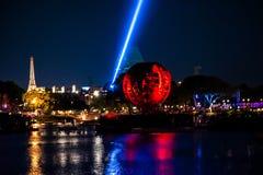 Reflexiones de las iluminaciones de la tierra en Epcot en Walt Disney World Resort 10 imagenes de archivo