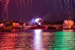 Reflexiones de las iluminaciones de la tierra en Epcot en Walt Disney World Resort 3 fotos de archivo
