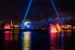 Reflexiones de las iluminaciones de la tierra en Epcot en Walt Disney World Resort 1 imagen de archivo