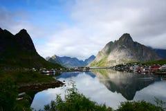 Reflexiones de las montañas imagenes de archivo