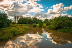 Reflexiones de las nubes en el agua Fotos de archivo