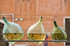 Reflexiones de los canales de Venecia en una botella Foto de archivo