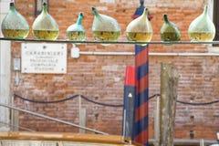 Reflexiones de los canales de Venecia en una botella Foto de archivo libre de regalías