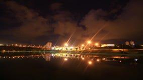 Reflexiones de nubes y de linternas en un lago almacen de video