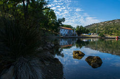 Reflexiones de una pequeña bahía Foto de archivo libre de regalías