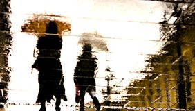 Reflexiones Defocused de la gente en un día lluvioso Imágenes de archivo libres de regalías