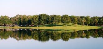 Reflexiones del árbol en un lago Fotografía de archivo libre de regalías