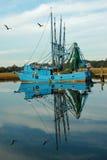 Reflexiones del barco de pesca Fotografía de archivo