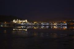 Reflexiones del castillo y de la llave de Conwy en la noche Imagen de archivo