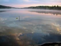 Reflexiones del cielo de la mañana Imágenes de archivo libres de regalías