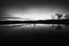 Reflexiones del cielo nocturno (negro y blanco) Foto de archivo
