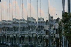 Reflexiones del edificio duplicado en nuevo Plymouth Imágenes de archivo libres de regalías