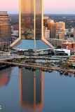 Reflexiones del edificio en el río Imagen de archivo