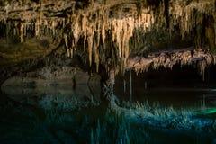 Reflexiones del lago ideal en Luray Caverns fotos de archivo