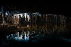 Reflexiones del lago ideal en Luray Caverns foto de archivo