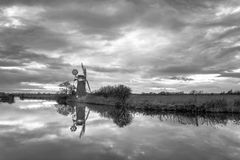 Reflexiones del molino del pantano del césped Fotografía de archivo
