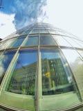 Reflexiones del negocio en Windows de la ciudad Imagen de archivo