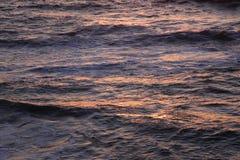 Reflexiones del océano en la puesta del sol Imagen de archivo libre de regalías