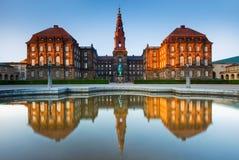 Reflexiones del palacio de Christiansborg en Copenhague, Dinamarca Foto de archivo