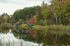 Reflexiones del puente de madera Fotos de archivo