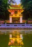 Reflexiones del templo hermoso de la UNESCO de la literatura en la noche, Hanoi, Vietnam imagenes de archivo