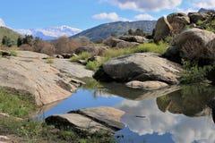 Reflexiones en agua por los cantos rodados en el valle que lleva al parque nacional de secoya, California Fotos de archivo libres de regalías