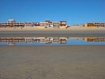 Reflexiones en casas en San Felipe fotos de archivo libres de regalías
