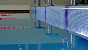 Reflexiones en el agua de la piscina El paso de la cámara en el resbalador almacen de metraje de vídeo