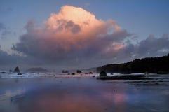 Reflexiones en el amanecer en el Pacífico Fotografía de archivo