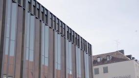 Reflexiones en el edificio de cristal moderno con un vuelo del pájaro de la paloma a través del marco - cámara lenta 120 FPS Alem metrajes