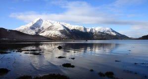 Reflexiones en el lago Kinlochleven Foto de archivo