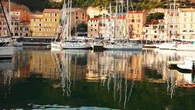 Reflexiones en el puerto deportivo en Córcega metrajes