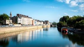 Reflexiones en el río de Sarthe en Le Mans, Francia imagenes de archivo